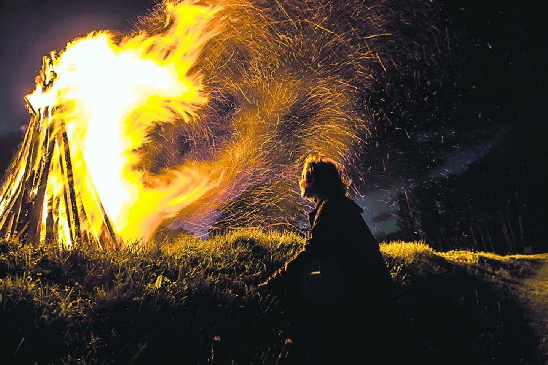Ugnis neturi užgesti per naktį. Ugnis Lyguo vakarą – saulės pakaitalas tol, kol jos nematyti kelias trumpos nakties valandas.<br>M. Juknevičiūtė