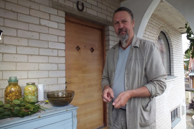 Panevėžietis menininkas A.Jonušis mano, kad vienas geriausių grybų atsargų ruošimo žiemai būdas yra grybus rauginti.<br>V.Petrauskienės nuotr.