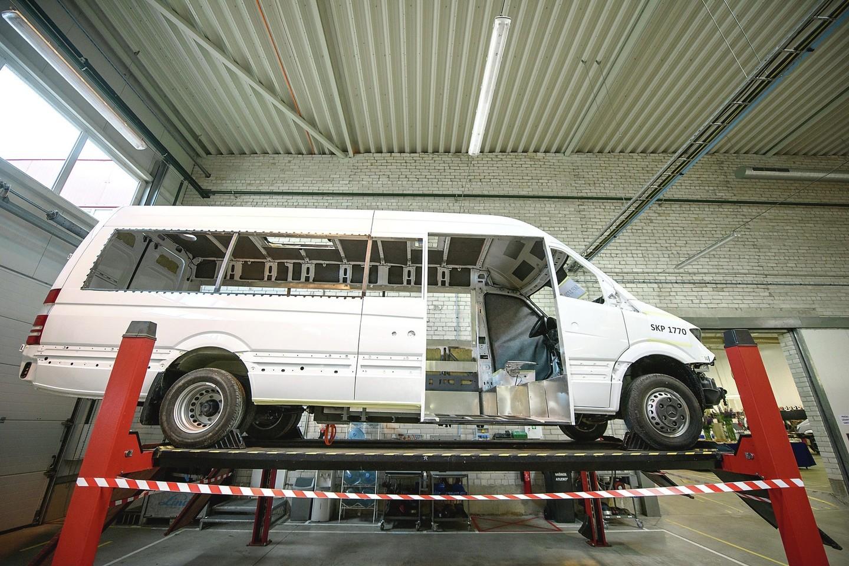 """Į Vilniaus rajone įsikūrusią gamyklą atgabenti """"pliki"""" mikroautobusai čia pirmiausia visiškai išpjaustomi.<br>D.Umbraso nuotr."""