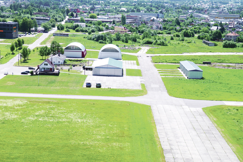 Daugybę metų aviacijos istoriją tyrinėjantis kaunietis K.Linkus stovi ties senojo Panemunės aerodromo kampu Upelio ir Pušų gatvių sankirtoje.<br>P.Mantauto nuotr.