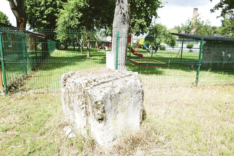 Panemunėje galima aptikti senųjų aerodromo statinių pamatų liekanų.<br>M.Patašiaus nuotr.