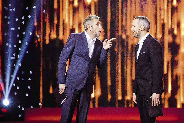 """Pernai televizijos projektą """"Auksinis balsas"""" Arūnas Sakalauskas (kairėje) vedė su kolega Giedriumi Savicku.<br>J.Stacevičiaus nuotr."""