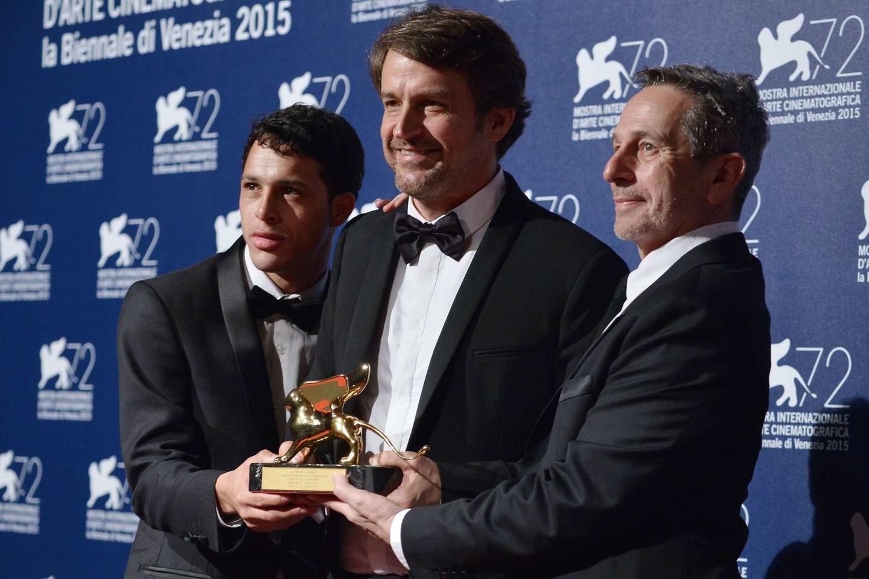 Lorenzo Vigas (centre) su aktoriais Alfredo Castro (dešinėje) ir Luisu Silva.<br>Scanpix/AFP nuotr.