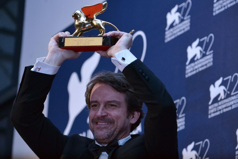 """Venecijos kino festivalio pagrindinį prizą – """"Auksinio lokio"""" statulėlę – pelnė Venesuelos režisieriaus Lorenzo Vigas debiutinė juosta """"Iš toli"""" (""""From Afar"""").<br>Scanpix/AFP nuotr."""