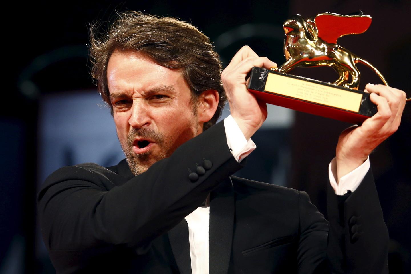 """Venecijos kino festivalio pagrindinį prizą – """"Auksinio lokio"""" statulėlę – pelnė Venesuelos režisieriaus Lorenzo Vigas debiutinė juosta """"Iš toli"""" (""""From Afar"""").<br>Scanpix/Reuters nuotr."""
