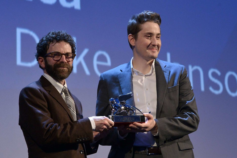 """Režisieriai Charlie Kaufmanas (kairėje) ir Duke'as Johnsonas džiaugiasi Didžiuoju žiuri prizu už animacinį filmą """"Anomaliza"""".<br>AFP/Scanpix nuotr."""