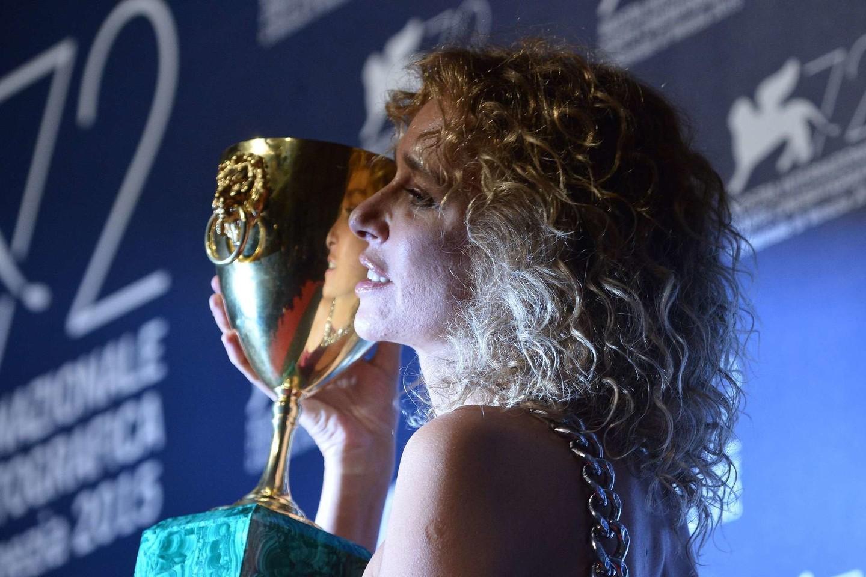 """Geriausia aktore paskelbta italė Valeria Golino, sukūrusi vaidmenį Giuseppe M. Gaudino dramoje apie mafiją """"Dėl tavęs"""" (""""Per amor vostro).<br>AFP/Scanpix nuotr."""