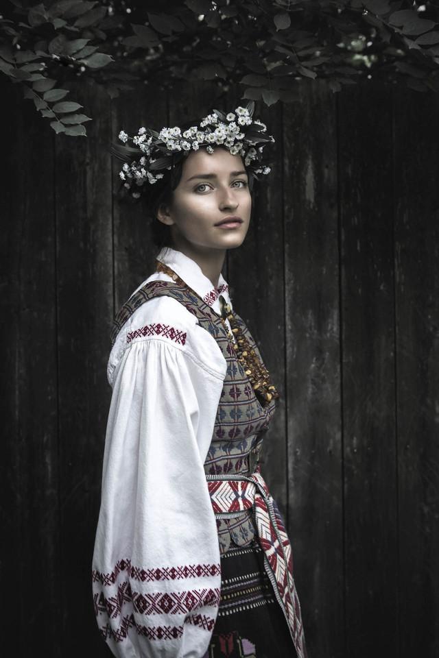 """Onos Žekonis atvaizdas su tautiniais drabužiais itališkajame """"Vogue"""".<br>J.Lavengoodo nuotr."""