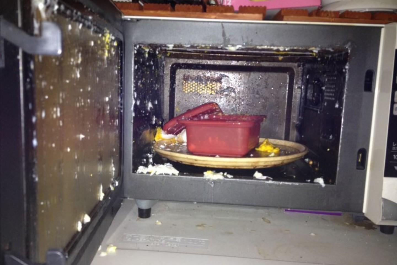Bandymas išvirti kiaušinius mikrobangėje, kaip paaiškėjo, nebuvo labai gera idėja.<br>nannaluna.tumblr.com nuotr.