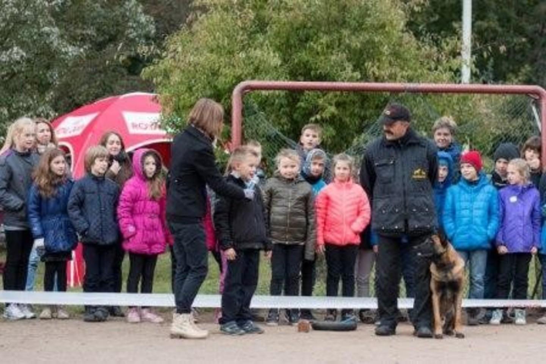 Užsiėmimų metu specialistai pradinių klasių moksleivius demonstravo kaip saugiai bendrauti su šunimis, juo maitinti, dresuoti.<br>123rf nuotr.
