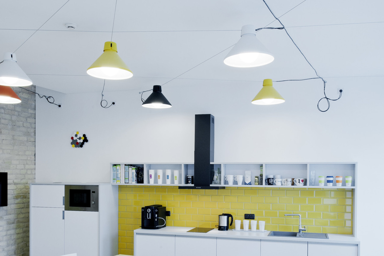 """""""Narbutas"""" geriausio biuro interjero apdovanojimą įteikė architektų studijai """"INBLUM architects"""" už kompanijos """"WIX.COM"""" biuro interjerą.<br>D.Petrulaičio nuotr."""