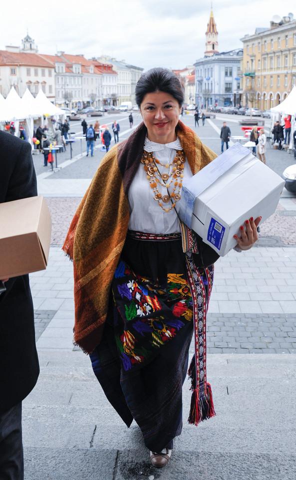 Eirida Daukšienė pasirinko tamsių spalvų sijoną, kurį surišo tautine juosta, o pečius apgaubė didžiule skara.