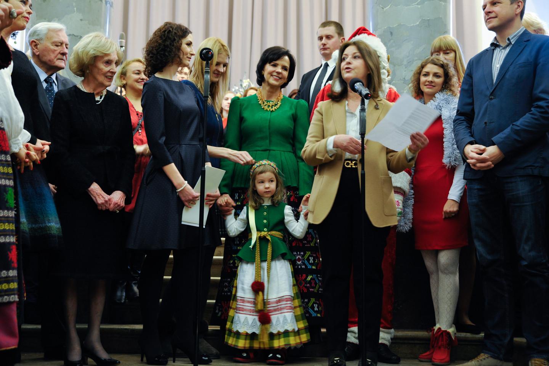 Kamilę ponia Janina taip pat papuošė tautiniu kostiumu.