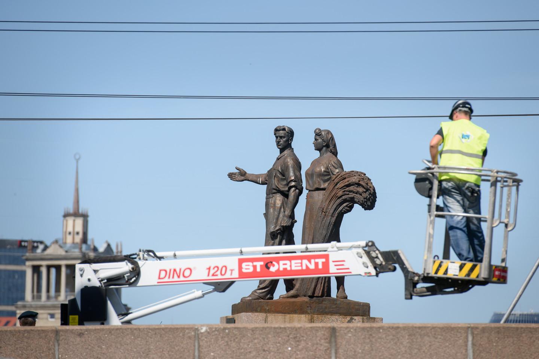 Vasarą ant Žaliojo tilto nebeliko kelis dešimtmečiu ten stovėjusių skulptūrų.<br>D.Umbraso nuotr.