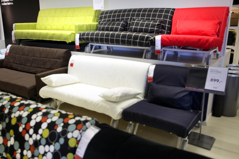 """Lietuvė jau antrus metus stebi tų pačių """"Ikea"""" prekių kainas Lietuvoje, Vokietijoje, Lenkijoje ir Šveicarijoje.<br>V.Balkūno nuotr."""
