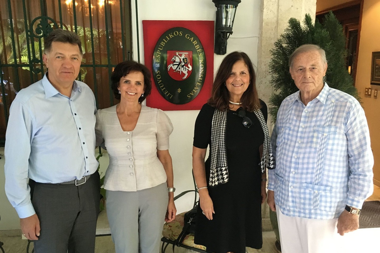 Su ponais Brouweriais prie LR konsulato.<br>Asmeninio archyvo nuotr.