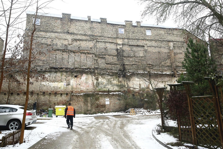 Byra Ligoninės gatvėje stūksojusios pastato siena.<br>R.Danisevičiaus nuotr.