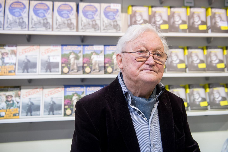 Algimantas Čekuolis pristato savo naują knygą.<br>J.Stacevičiaus nuotr.