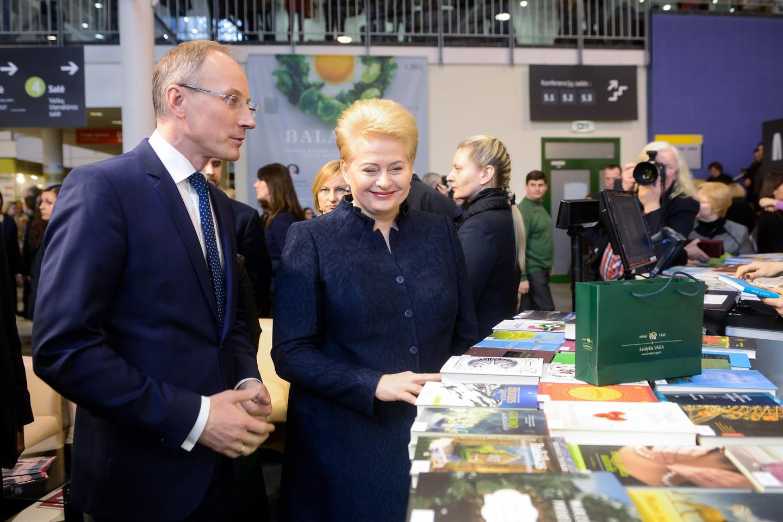 Paskelbusi mugės pradžią prezidentė Dalia Grybauskaitė neskubėjo išvykti.<br>J.Stacevičiaus nuotr.