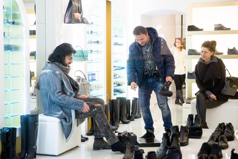 """Filipas Kirkorovas apsipiro prabangių drabužių salone """"Du broliai"""".<br>J.Stacevičiaus nuotr."""