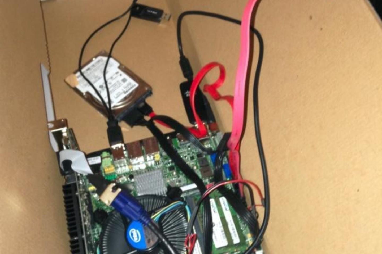 Šiame kompiuterio dėkle dar liko nemažai vietos sistemos papildymams.<br>Imgur.com nuotr.