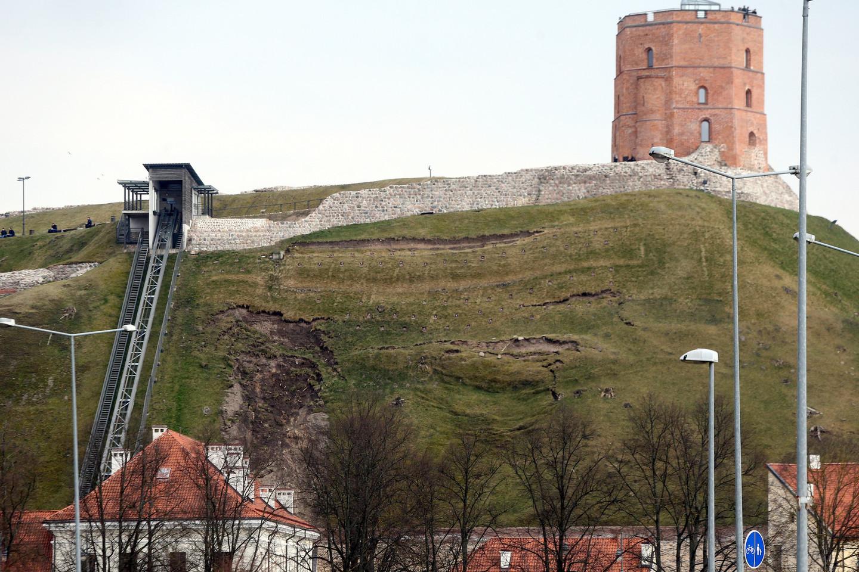 Gedimino pilies kalnas – tragiškos būklės, slenka šiaurinis jo šlaitas.<br>R.Danisevičiaus nuotr.