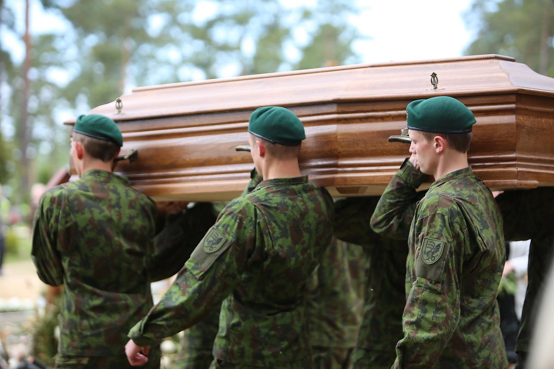 Nuo meningokokinės infekcijos praėjusią savaitę miręs karys palaidotas Šilutėje.<br>lrytas.lt nuotr.