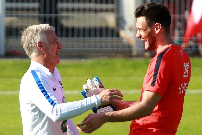 D.Deschamps'as ir H.Lloris juokiasi per Prancūzijos rinktinės treniruotę.<br>AP nuotr.