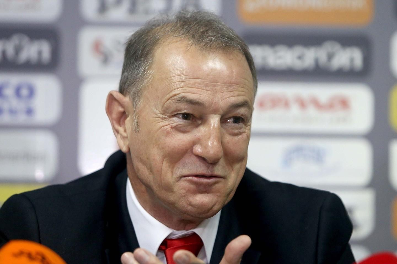 Albanai nešioja ant rankų trenerį iš Italijos G.de Biasi.<br>AP nuotr.