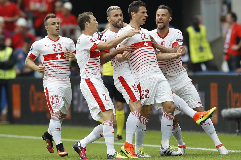 Šveicarijos rinktinė džiaugiasi įvarčiu pirmojo kėlinio pradžioje.<br>AP nuotr.
