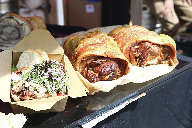 """Norinčiųjų paragauti italo A.Joe paruošto kiaulienos vyniotinio """"porchetta"""" netrūko. Tai – tipiškas centrinės Italijos patiekalas. Be jo neįsivaizduojama nė viena religinė italų šventė."""