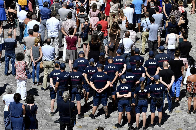 """Anglų bulvare Nicoje prancūzai tylos minute pagerbė išpuolio aukas.<br>AFP/""""Scanpix"""" nuotr."""