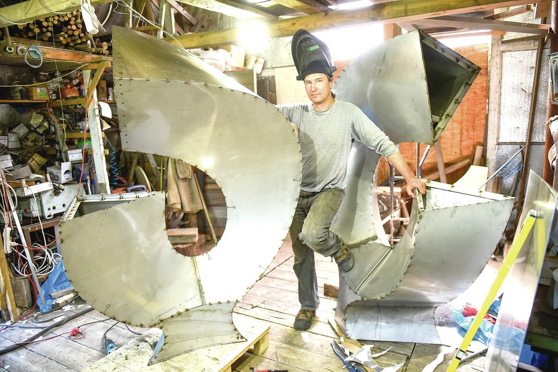 K.Vildžiūnas Jeruzalės skulptūrų parke (Lobio gatvėje) esančiose dirbtuvėse iš plieno jau sukūrė ne vieną darbą.<br>D.Umbraso nuotr.