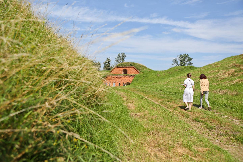 Pasivaikščiojimas po forto teritoriją malonus tik ten, kur nupjauta aukšta žolė.<br>G.Bitvinsko nuotr.