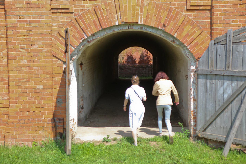 Norint pasiekti masinę žydų kapavietę, reikia pereiti netrumpą tunelį.<br>G.Bitvinsko nuotr.