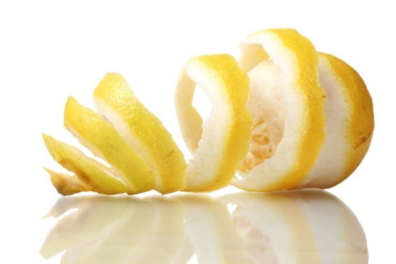 Panaudoję citrusinių vaisių žieveles pasigaminsite puikų virtuvės valiklį.<br>123rf nuotr.