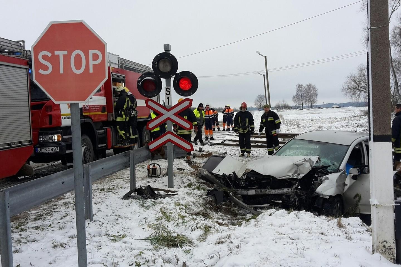 Netoli nuo Kaišiadorių susidūrus traukiniui ir lengvajam automobiliui, žuvo vietos ūkininkas A.Aleksejūnas, o jo žmona buvo sunkiai sužeista.<br>Kauno apskrities VPK nuotr.