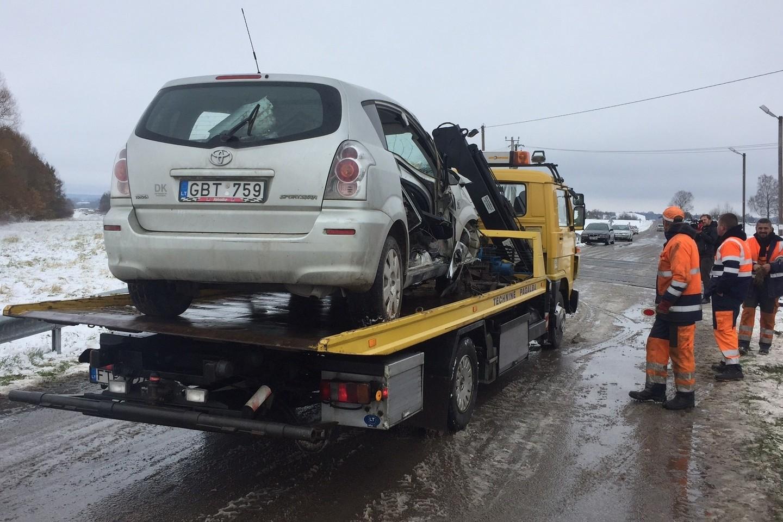 Netoli nuo Kaišiadorių susidūrus traukiniui ir lengvajam automobiliui, žuvo vietos ūkininkas A.Aleksejūnas, o jo žmona buvo sunkiai sužeista.<br>M.Patašiaus nuotr.