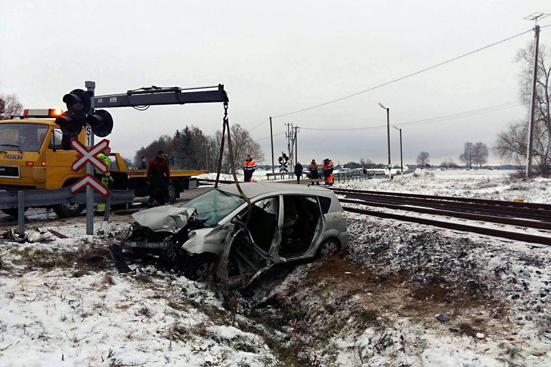 Netoli Kaišiadorių susidūrus traukiniui ir lengvajam automobiliui žuvo vietos ūkininkas A.Aleksejūnas, o jo žmona buvo sunkiai sužeista.<br>M.Patašiaus nuotr.