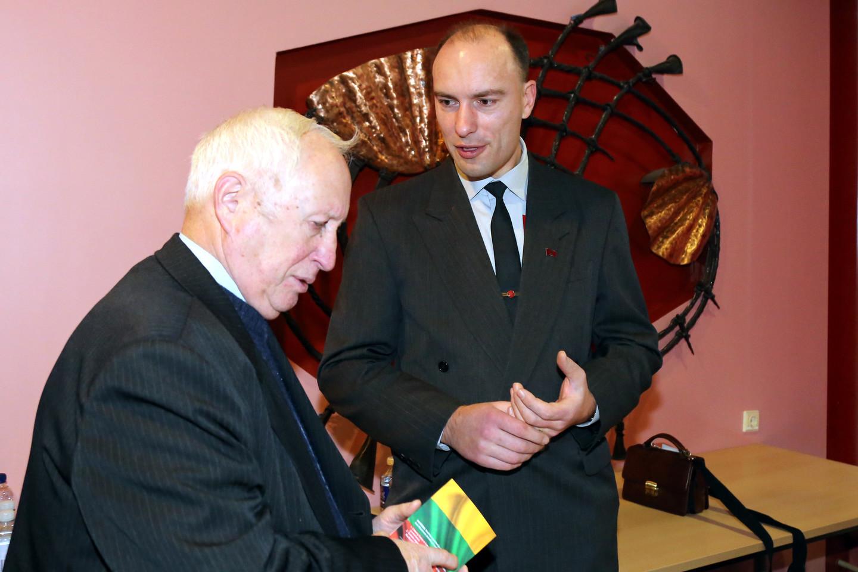 Į Šiauliuose surengtą Lietuvių tautinių organizacijų susirinkimą atvyko per dvidešimt įvairių partijų bei organizacijų atstovų.<br>R.Vitkaus nuotr.