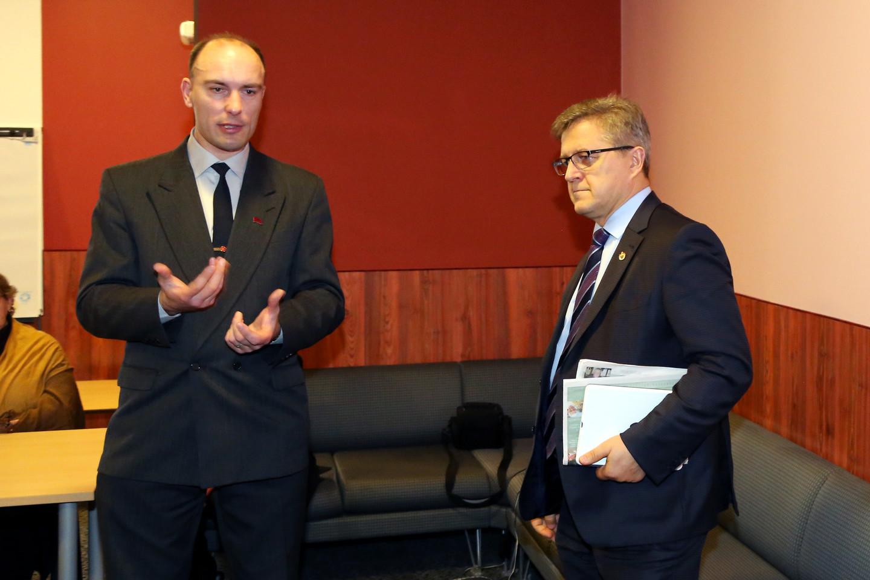 Po susirinkimo vyko dalyvių diskusijos. M.Gervaldas (kairėje) ir V.Valkiūnas.<br>R.Vitkaus nuotr.