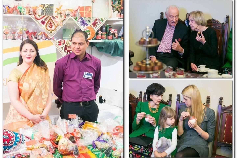 Rotušėje lankėsi Kalėdų labdaros mugės ambasadorė Alma Adamkienė bei globėja Janina Butkevičienė su dukra Indre Vaitasiene bei anūke Kamile.<br>T.Bauro nuotr.
