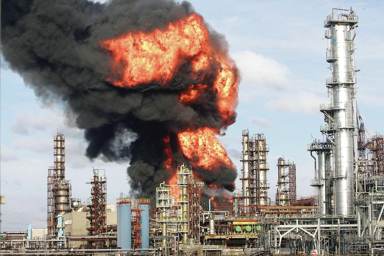 Iš rankų į rankas ėjusi, netgi degusi naftos perdirbimo gamykla Mažeikiuose apipinta mįslingomis istorijomis.<br>Nuotr. iš LR archyvo
