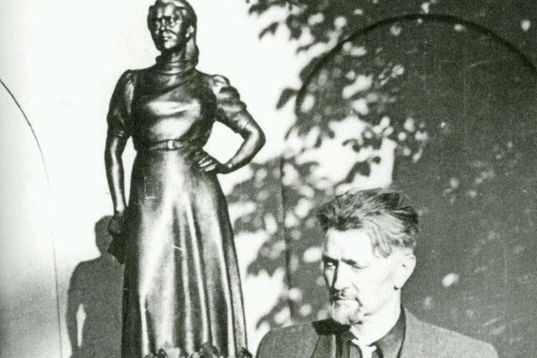 B.Bučas net 10 metų kūrė S.Nėries skulptūrą.<br>Nuotr. iš O.Bučienės archyvo