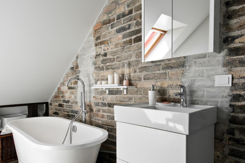 Vonios kambaryje išliko autentiška namo siena.<br>L.Garbačausko nuotr.