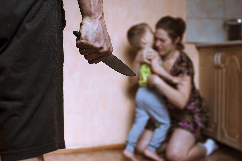 Moterys, aklai pasiduodamos stereotipui, kad tikras vyras yra stiprus, kad normalu, jog jis priima sprendimus už moterį, rizikuoja tapti smurto prieš jas ir jų vaikus aukomis.<br>123rf nuotr.