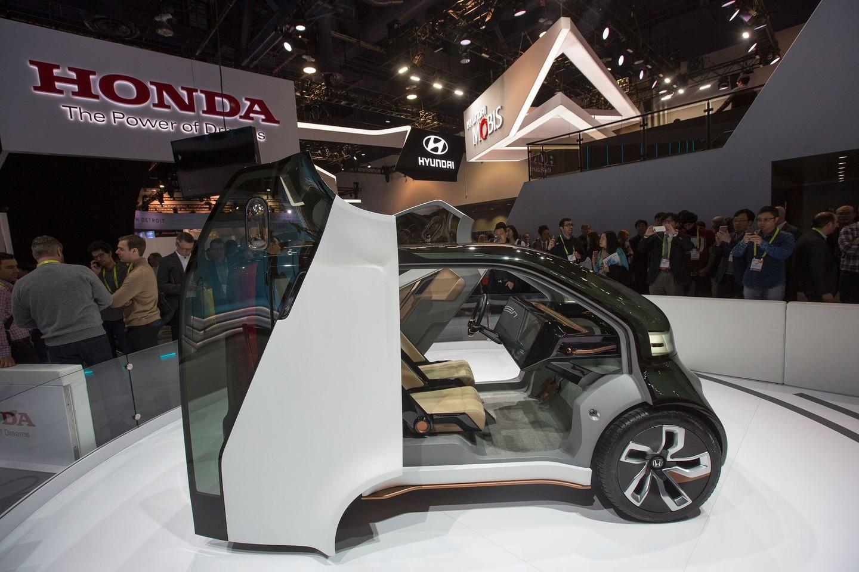 """Š.Šutėnas nustebo pamatęs savo kurtą akumuliatorių """"Honda"""" brėžinyje.<br>AFP/Scanpix nuotr."""