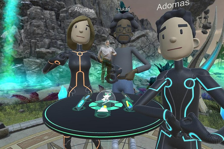 Asmenukė virtualiojoje realybėje. Centre matyti A. Stonio holograma. Galutinėje produkto versijoje vartotojų dėl pernelyg didelių kaštų pakeistos pieštiniais avatarais.