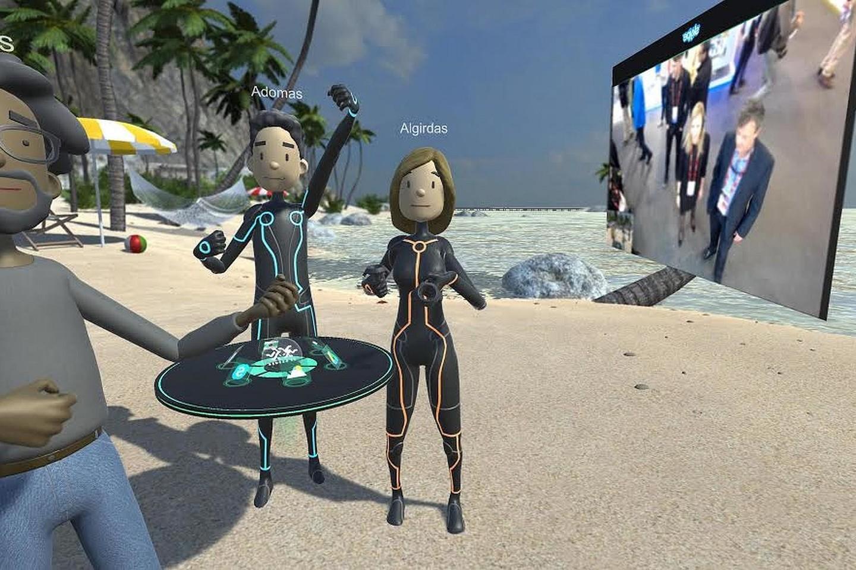 """Asmenukė virtualiojoje realybėje. Dešinėje matyti """"Skype"""" vaizdo skambutis iš tikrosios realybės."""