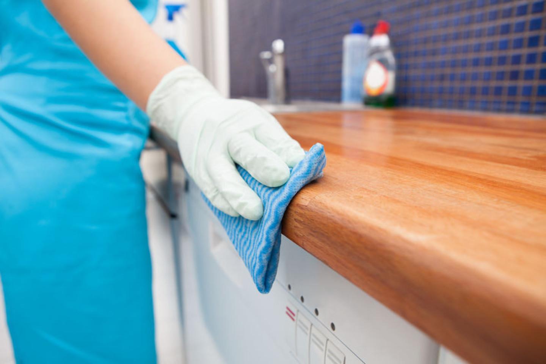 Medinius paviršius padės nuvalyti valiklis su druska.<br>123rf nuotr.